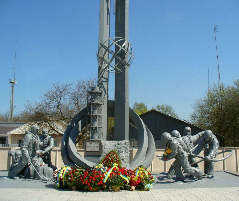 1215px-Пам'ятник_пожежникам-ліквідаторам_аварії_на_ЧАЕС,_Чорнобиль,_біля_пожежної_частини.JPG